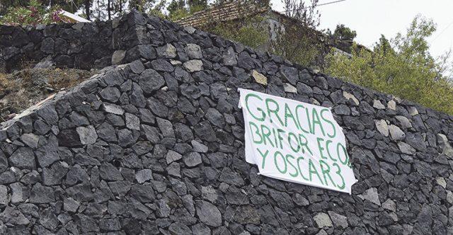 Allerorten sind Botschaften der Dankbarkeit an die Rettungskräfte angebracht. Foto: EFE