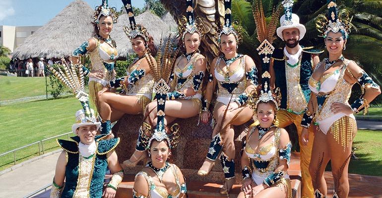 Tänzerinnen und Tänzer einer Karnevalsgruppe beim Fotoshooting im Loro Parque. Foto: Moisés Pérez
