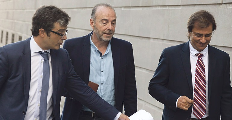 Miguel Zerolo (Mitte) in Begleitung von Anwälten auf dem Weg zum Gericht. Foto: EFE