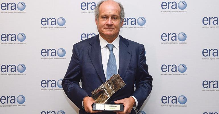 """Pedro Agustín del Castillo nahm den Preis für die """"Best Airline of the Year"""" der ERA entgegen. Foto: Binter"""