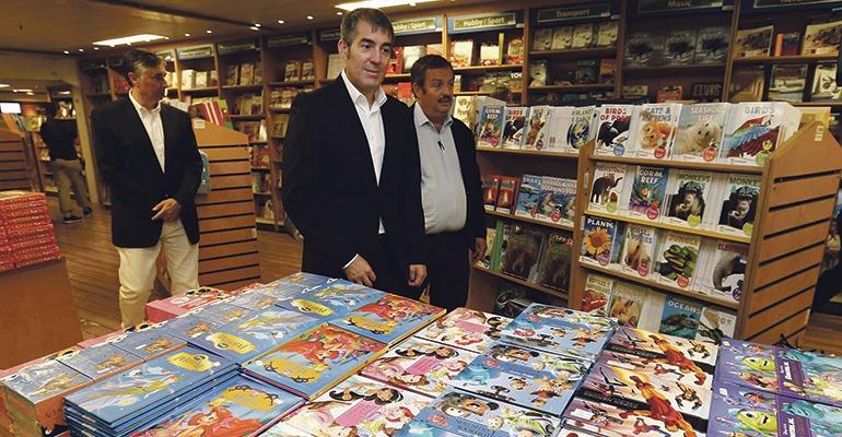 Das christliche Missionsschiff hat über 5.000 Titel an Bord. Kanaren-Präsident Fernando Clavijo (im Vordergrund) besuchte die LogosHope in Las Palmas. Foto: efe