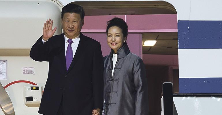 Am späten Abend des 23. November landeten Chinas Staatspräsident und Ehefrau Peng Liyuan, die Karriere als chinesische Folksängerin machte, auf dem Flughafen von Gran Canaria. Foto: EFE