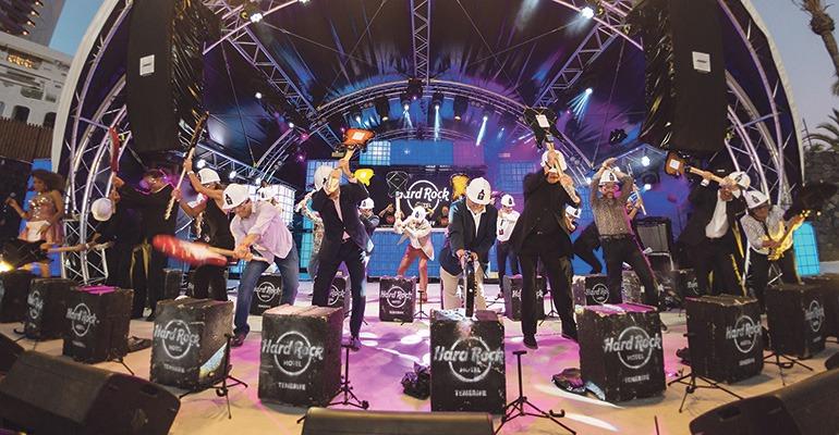 """Nach dem traditionellen """"Guitar Smash"""" ging die Party los. Foto: Hard Rock International"""