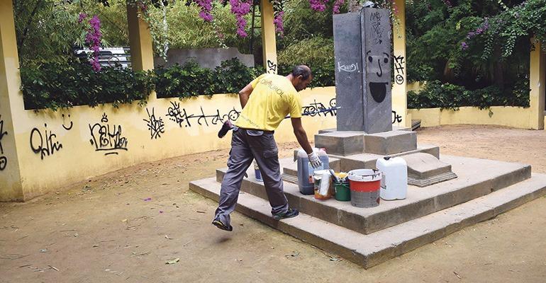 """Das """"Monumento alusivo al clima"""" von José Blasco und weitere drei Kunstwerke wurden von Schmierfinken verschandelt. Foto: Ayuntamiento de Santa Cruz"""