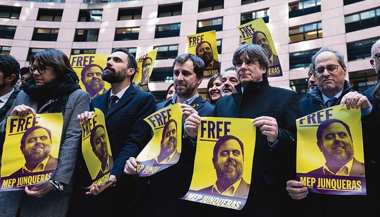 Protest in Straßburg: Toni Comín (M.) und Carles Puigdemont (2.v.r.) fordern vor ihrer ersten Sitzung als Abgeordnete im EU-Parlament die Freilassung von Oriol Junqueras, der durch die Entscheidung des Obersten Gerichtshofes daran gehindert wird, sein Mandat als Europaabgeordneter wahrzunehmen. Foto: EFE