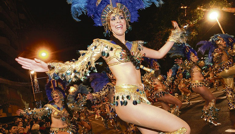 Der Straßenkarneval von Santa Cruz de Tenerife wird mit dem Festeröffnungszug – Cabalgata Anunciadora – am 21. Februar eingeläutet. Foto: EFE