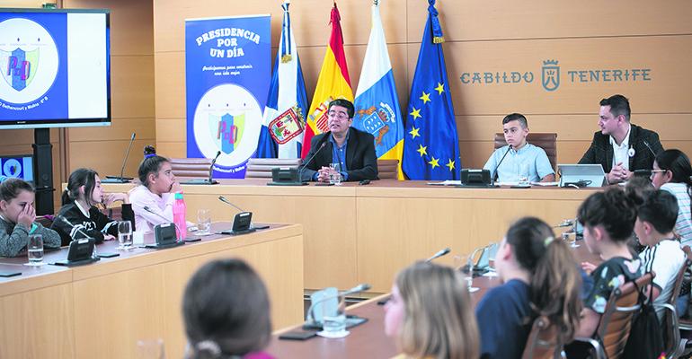 Kinderpräsident Florentín Magdaleno (2.v.l.) und seine Mitschüler aus der Klasse 6B zusammen mit Inselpräsident Pedro Martín (Mitte) im Plenarsaal des Inselrates Foto: CABTF
