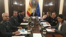 Innenminister Fernando Grande-Marlaska (Mitte) bei der Besprechung zur Situation der irregulären Immigration auf den Kanarischen Inseln Foto: gobierno de canarias