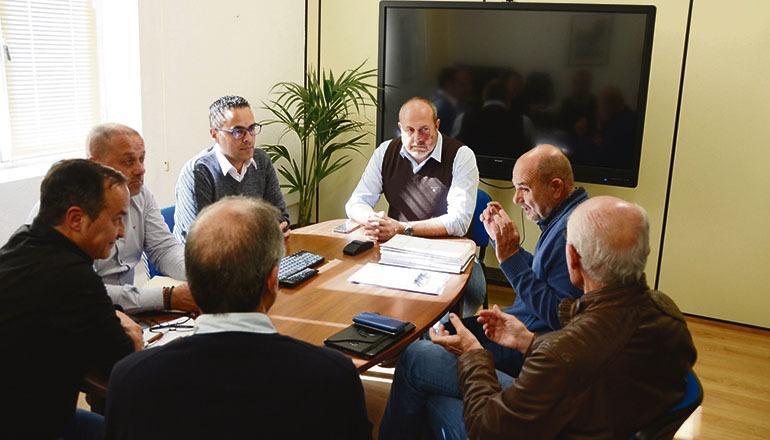 Santa Úrsulas Bürgermeister Juan Acosta (im Vordergrund rechts) trug sein Anliegen bei einem Treffen im Cabildo, unter anderem mit dem Verantwortlichen für Straßenbau, Enrique Arriaga (Mitte) vor. Foto: cabildo de tenerife
