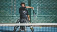 Beim Rollstuhltennis liegt die besondere Herausforderung in der Koordination von Rollstuhlfahren und Tennisspielen. Auch diese Sportart ist schnell und dynamisch. Im Unterschied zum konventionellen Tennis darf der Ball allerdings zweimal aufspringen. Foto: Rafael España