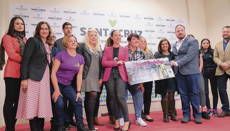 Bürgermeisterin Patricia Hernández überreichte den symbolischen Scheck an Vertreter von 16 Hilfsorganisationen. Foto: Ayuntamiento de santa cruz de tenerife