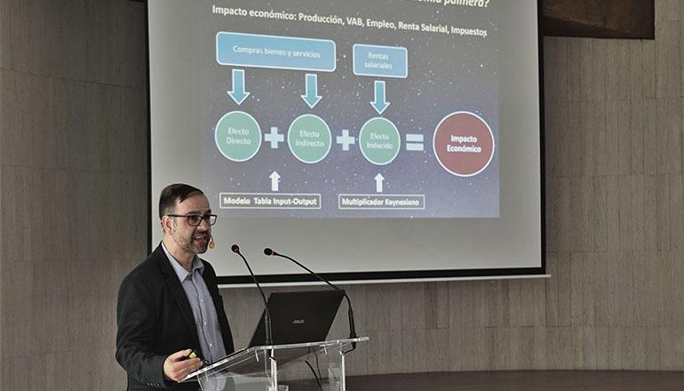 Juan José Díaz Hernández, Professor an der Universität La Laguna, stellte das Gutachten in Santa Cruz de La Palma vor. Foto: Ivan Jimenez Montalvo/IAC