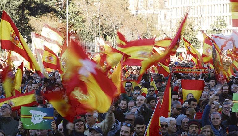 Die Demonstranten in Madrid schwenkten zahlreiche spanische Flaggen. Foto: EFE