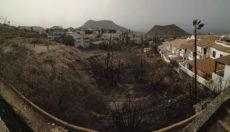 Das Feuer im Barranco de Chayofa kam bis dicht an die Terrassen der Wohnanlage heran. Foto: Cabildo de Tenerife/Bomberos
