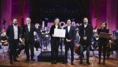 Eine der Stipendiaten mit Orchestermitgliedern und Vertretern von Binter bei der feierlichen Übergabe Foto: jocan
