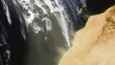Aufnahme des NASA-Satelliten Terra vom 4. Februar, auf der klar zu erkennen ist, wie der Wind aus südlicher Richtung Sand aus Afrika zu den Kanaren treibt. Foto: EFE/NASA