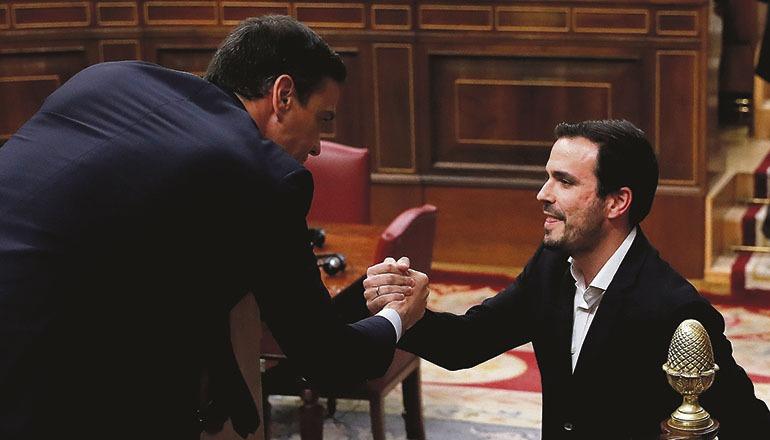 Alberto Garzón (r.) und Regierungschef Pedro Sánchez am Tag von dessen erfolgreicher Wiederwahl als Ministerpräsident im Kongress Foto: EFE