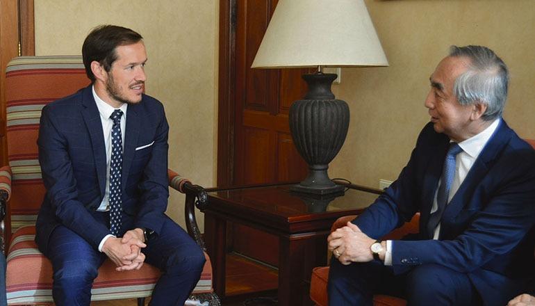 Inselpräsident Mariano Hernández Zapata zeigte sich hocherfreut, den japanischen Botschafter Kenji Hiramatsu auf La Palma begrüßen zu können. Foto: EFE