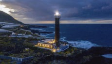 Faro Punta Clumplida ist heute ein modernes und luxuriöses Boutique-Hotel. An der Nordostküste der Insel ragt der Leuchtturm, der seit 1867 in Betrieb ist, 34 Meter in die Höhe. Auch heute noch dient er als visuelles Schifffahrtszeichen und sendet alle fünf Sekunden ein weißes Lichtsignal aus, das eine Reichweite von 24 Seemeilen hat. Foto: MARTIN HAAG/FLOATEL GMBH