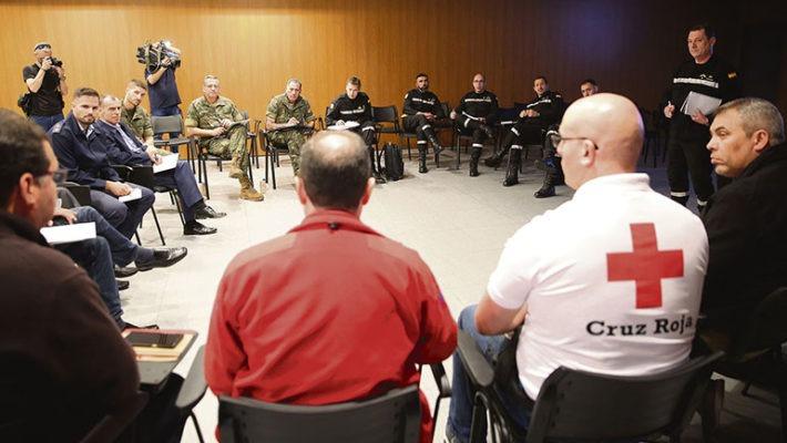 Vertreter des Roten Kreuzes, des Militärs, der Feuerwehr, des Zivilschutzes und der Polizei trafen sich zu einer Vorbesprecheung. Im März werden sie gemeinsam ein Krisenszenario simulieren. Foto: EFE