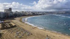 Wer am Stadtstrand Las Canteras in Las Palmas wohnen will, muss tief in die Tasche greifen. Foto: WB