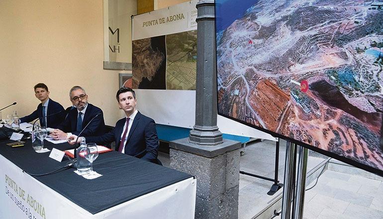 Vertreter der Giacomini-Gruppe stellten das Mega-Projekt in Santa Cruz vor. Der Verwaltungsratsvorsitzende Alessandro Cortesi (links) deutete an, die Investoren gingen davon aus, dass die kanarischen Behörden sich um die rasche Abwicklung der bürokratischen Formalitäten bemühen werden, um noch in diesem Jahr mit der Umsetzung beginnen zu können. Fotos: EFE