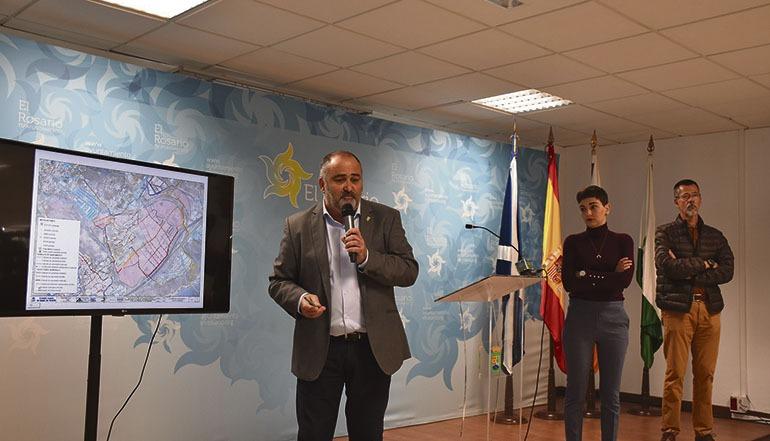 Bürgermeister Escolástico Gil und die Stadträte Sara Cabello und Miguel Ángel Yanes erläuterten in der Pressekonferenz die Gründe für die Schließung der Strände. Foto: Ayto El Rosario