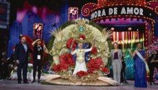 """Consuelo Pérez, die ein Fantasiekostüm mit dem Titel """"Sonora de Amor"""" trug, wurde am 12. Februar zur Karnevalskönigin 2020 der Senioren in Santa Cruz de Tenerife gewählt."""