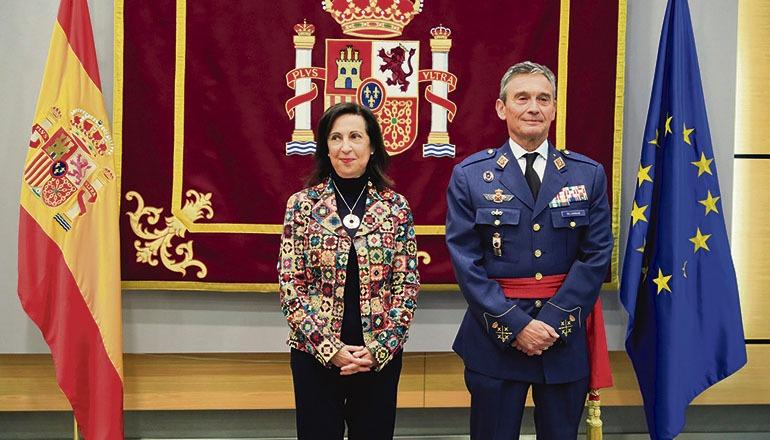 Verteidigungsministerin Margarita Robles mit dem neuen Befehlshaber der Streitkräfte, Miguel Ángel Villarroya am 17. Januar in Madrid Foto: EFE