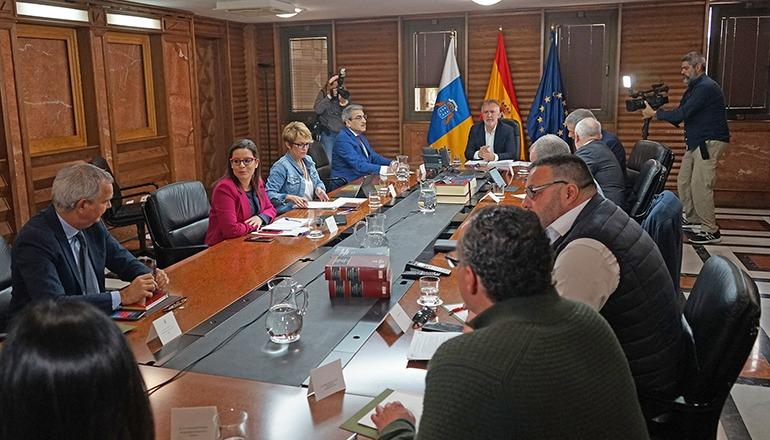 Kanarenpräsident Ángel Víctor Torres und Mitglieder seines Kabinetts bei einer Sitzung anlässlich der Coronakrise Foto: Gobierno de Canarias