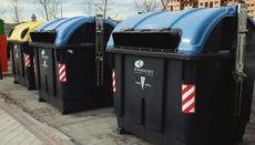 Auf achtzehn Routen, die sich rumänische Familien in Madrid untereinander aufgeteilt hatten, steuerten die Altpapier-Diebe regelmäßig die blauen Container an und fischten das eingeworfene Material wieder heraus. Foto: EFE
