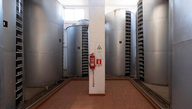In den Behältern von bis zu 19.000 Litern Fassungsvermögen wird nun medizinischer Alkohol hergestellt. Foto: EFE