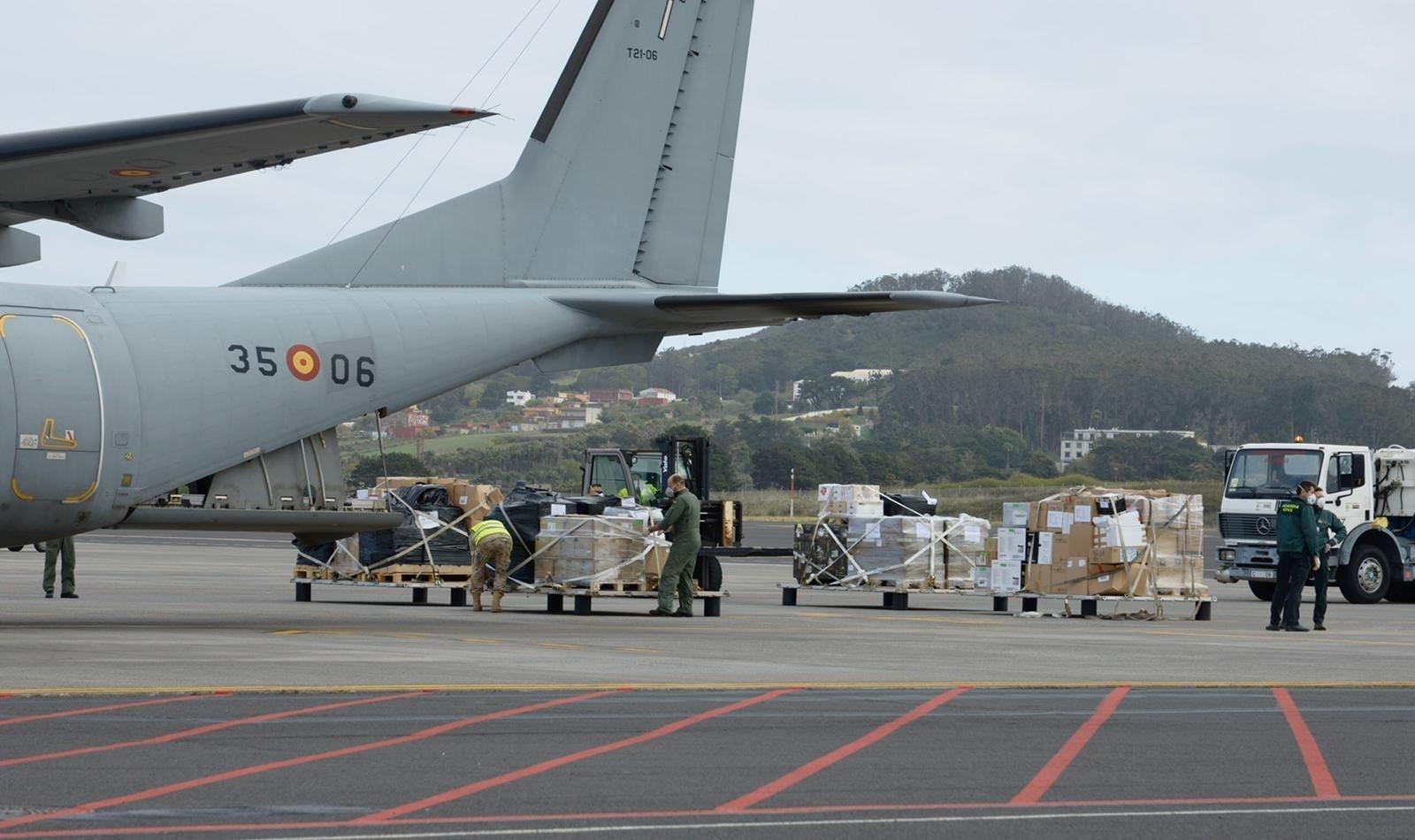 Militärmaschinen brachten das so dringend gebrauchte Material auf die Inseln. Crédito: Gobierno de Canarias
