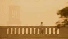 In Santa Cruz gingen viele Bürger wegen der schlechten Luftqualität nur mit Mundschutz vor die Tür. Foto: EFE