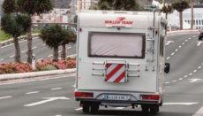"""Hinweis auf einer Leuchttafel an der Autobahn GC1 in Las Palmas: """"Bleib besser zu Hause"""". Foto: efe"""