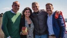 Gonzalo Pascual (l.), María José Manso von der La Palma Film Commission und der Präsident des Cabildos von La Palma, Mariano H. Zapata (r.), mit George Clooney Foto: cabildo de la palma
