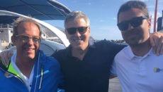 """George Clooney mit dem Eigentümer der Fancy II, José Roca, bekannt als """"Pepón"""" (l.), und dem Bootsguide Aníbal, die begeistert von der Freundlichkeit des prominenten Gastes waren. Foto: Fancy II"""