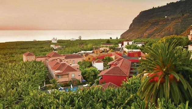 Das Hotel Hacienda de Abajo liegt idyllisch, umgeben von Bananenplantagen in Tazacorte. Das Anwesen bietet 32 luxuriös und mit unzähligen Antiquitäten dekorierte Zimmer in den Kategorien Classic, Superior,Premium und Deluxe. Die Clooneys wählten vermutlich die großzügige Suite, in der die Übernachtung für zwei ab 1.088 gebucht werden kann. Foto: Hotel Hacienda de Abajo