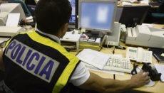 Ein Polizist bei der Recherche im Netz Foto: EFE