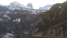 Blick auf die Straße, die von Asturias über Arenas de Cabrales und Sotres zum winzigen Ort Tresviso in Kantabrien führt. Die nur etwa zwanzig Bewohner des Ortes nehmen die Ausgangsbeschränkungen gelassen, denn sie sind die Isolation gewohnt; wenn es im Winter schneit, können sie ihre Häuser manchmal tagelang nicht verlassen. Foto: EFE
