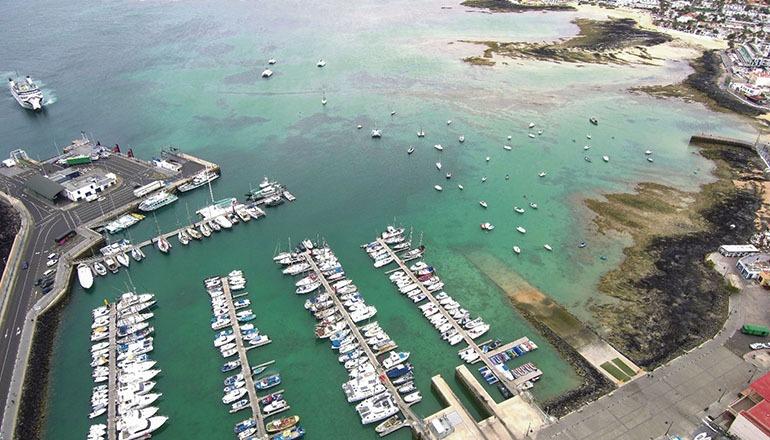 Im Hafen von Corralejo liegen nicht nur viele Sportboote; hier legt auch die Fähre an, die regelmäßig zwischen Playa Blanca auf Lanzarote und Corralejo auf Fuerteventura verkehrt. Auch die Ausflugsboote, die Touristen auf die kleine Insel Lobos bringen, ankern in Corralejo. Foto: Gobierno de Canarias