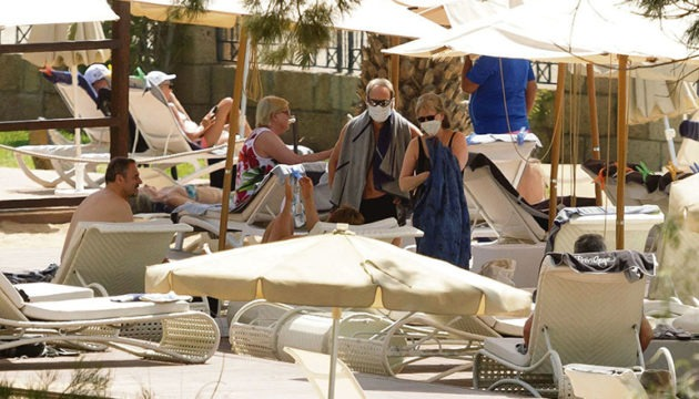 """Gäste des H10 Costa Adeje Palace vor dem Ende der Quarantäne im Hotelgarten. Viele von ihnen äußerten sich in Interviews später mit lobenden Worten über das Personal und wie mit der Situation umgegangen wurde. """"Es war eine wunderschöne Zeit, und wir wurden hier sehr, sehr gut betreut. Wir lieben Teneriffa"""", sagte beispielsweise ein deutscher Hotelgast. Ein anderer betonte: """"Das Hotelpersonal hat sich unendlich Mühe gegeben, die haben uns jeden Wunsch erfüllt. Es gab für alle quasi all in, also jeder konnte essen und trinken, was er wollte, man konnte die Poolanlage benutzen (...)"""" Foto: EFE"""