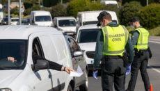 Polizisten bei der Überprüfung der Einhaltung der Ausgangssperre Foto: EFE