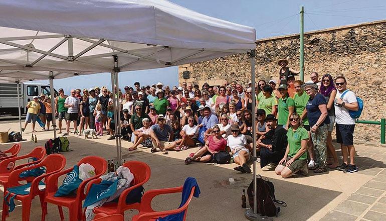 """Gruppenbild der 135 Helfer, die dem Aufruf der Initiative """"Limpia Cofete"""" in diesem Jahr gefolgt sind. Fotos: Limpia Cofete"""