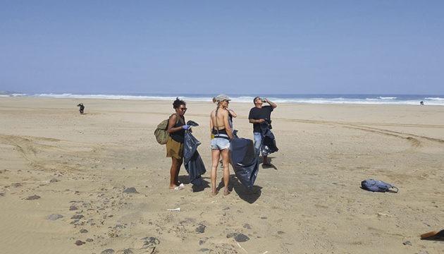 Einige der freiwilligen Helfer beim Einsammeln von Unrat am Strand. Insgesamt wurden auf rund zehn Kilometern Strand 1.480 Kilo Plastikmüll und anderer Abfall von den Stränden entfernt. Fotos: Limpia Cofete