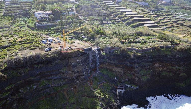 Der Bau der Treppe an dem steilen Abhang gestaltet sich äußerst kompliziert und erfordert den Einsatz von Spezialisten für Arbeiten in großen Höhen.