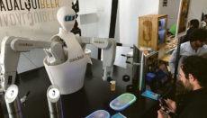 Der Bar-Roboter bedient die Gäste der Biermesse. Foto: EFE