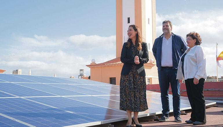 Bürgermeisterin Patricia Hernández (l). bei der Einweihung der Fotovoltaikanlage Foto: ayuntamiento santa cruz de tenerife