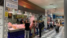 Kunden an einem Fischverkaufsstand auf dem Markt Nuestra Señora de África in Santa Cruz vor Ausbruch der Corona-Krise. Auch jetzt sind die Verkaufsstände der Fischabteilung weiter geöffnet.