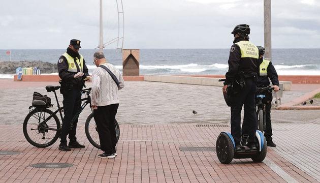 Polizisten kontrollieren einen Passanten in Las Palmas de Gran Canaria Foto: EFE